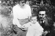 Mileva und Albert Einstein mit Hans Albert