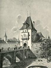 Graben vor Stadtmauer mit Brücke